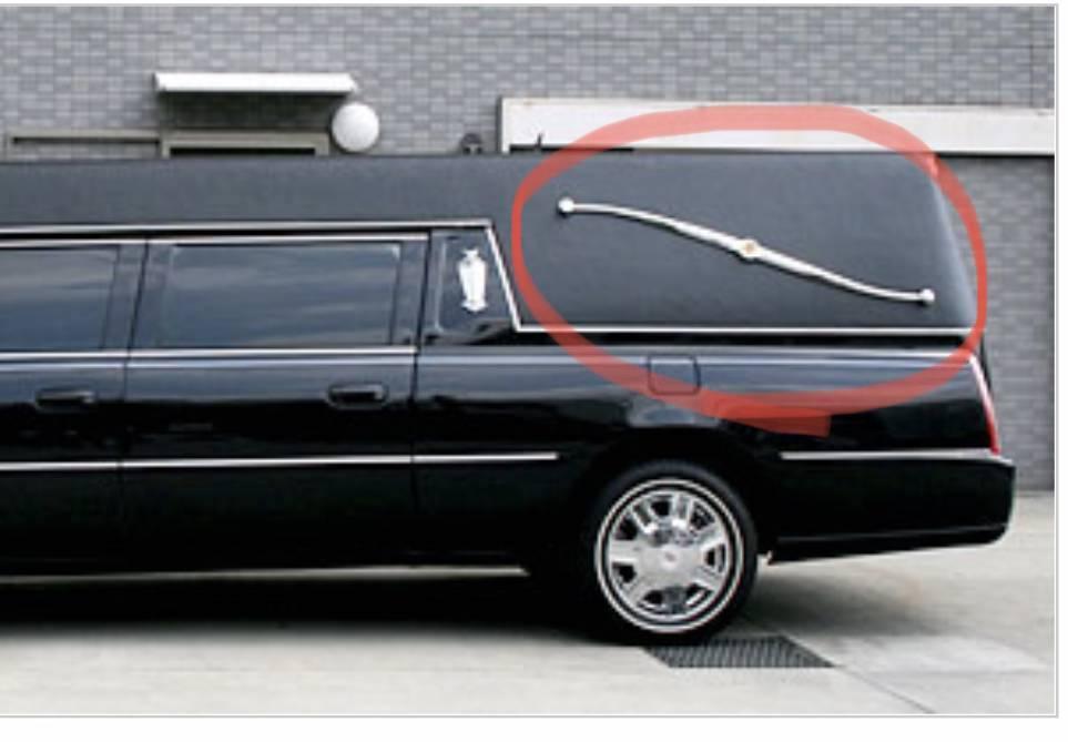車の部品について。 画像は霊柩車になります。 霊柩車の丸で囲まれた部分の部品は何という名前なんでしょうか?