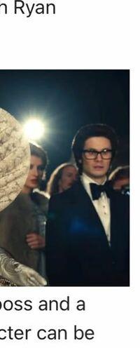 クルエラの映画に出てきた、写真にいる秘書??みたいな方の役者のお名前教えてください!