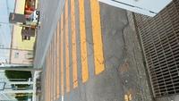横断歩道は白色で塗装しているものしか見た事がなかったのですが、先日オレンジの横断歩道を見かけました。 色によって何か意味合いがかわったりするのでしょうか。