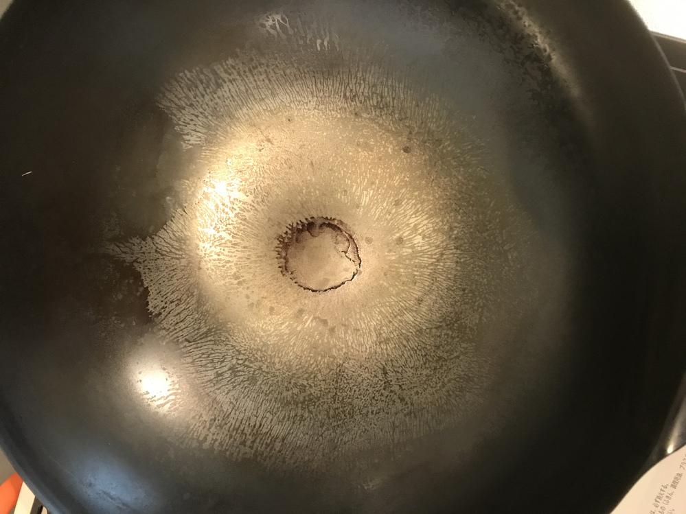 中華鍋を初めて買いました。 前日に空焼き、油ならしをして今日使おうと思い鍋に火にかけると、全体的に虎模様ができ上がり中央には茶色の焦げのようなものが出現しました。 これはどこの手順で失敗してしま...