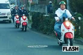 """出川哲郎の """"充電バイクの旅""""・・ですがあれってバイクの速度20キロとか30㌔で走行していて迷惑をかけてないのですか? バイクの後ろをワイドハイエースがケツもちしていて後続車が追い越しし難い状態..."""