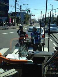 ロードバイクが2車線以上の道路で右折する時に、車道右折ラインで右折待ちている事が多々あります。 この場合、みなさんはどの様に対処されていますか?