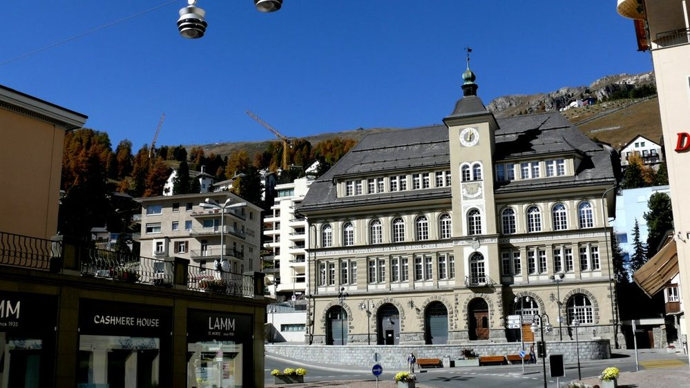 スイス、サンモリッツに詳しい方にお聞きします。 画像の建物は何ですか? St. Moritz Rathaus で検索するとこの建物の画像が出てくるので市庁舎なのかと思っていましたが、Google...