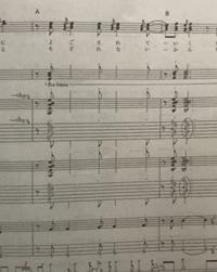 バンドスコアについて  写真真ん中の、8分音符の黒丸がないような記号はどのような意味ですか??  写真画質悪くてすみません ♀️ ちなみに歌詞の下の五線譜はキーボードパート、その下4段はギター、1番下2段はベースです。