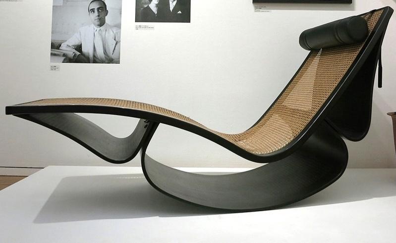 デザイン系の勉強をしていて、「オスカー • 二ーマイヤー」の椅子に興味を持って調べているのですが、奥行など調べても出てきませんでした。 ↓のロッキングチェアの奥行、幅、背板と座面の高さ、素材が分かる方教えて下さい。よろしくお願いします。