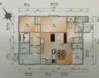 新築一戸建て 平屋 平屋で建設予定で、ハウスメーカーと契約をし、現在間取りを考えております。 そこまで広さを求めおらず、試行錯誤した上で添付した画像のような間取りに決まりかけております。(窓の位置や数などはまだ相談段階です)  回遊動線、水周り、ウォークスルークローゼット、小上がり和室等理想は全て詰まっており、特に不満もないのですが、1つ気になっている点があり キッチン部分の カウンターとカ...