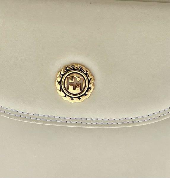 これって、どこのブランドのバッグですか…? 祖母のものなのでかなり昔の物だと思うのですが…… ご存知の方いらっしゃいますか?