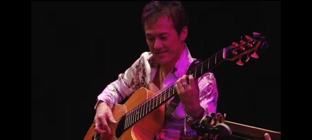 桜井哲夫さんの弾いているアコースティックは、やはりベースなのでしょうか? シェイプが全くギターであり、弦も6本ありますので… (^_^;)