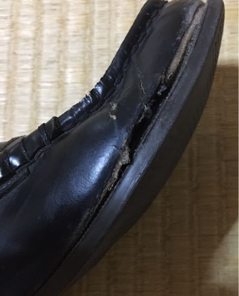 高校3年です。 ローファーの一部に穴が空いています… 後1年もないので買い換えるのはもったいなくてしたくないです… 靴の接着剤を買って試したんですが 付け方が悪かったのかそもそもその箇所が治せ...