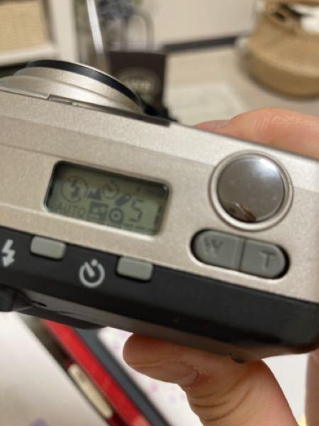 MINOLTA RIVA ZOOM 90についての質問です。至急です(/. .\) 写真がありますが、シャッターを押そうとしたらある日こんな感じで、ブーっという音ともに写真のようなのが出てきて、...
