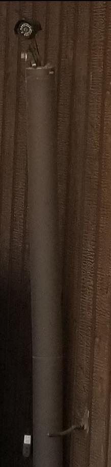 防犯カメラやダミーカメラに詳しい方、こちらのカメラみたいな物は何か教えて下さい。 中央丸くレンズのような形の物があります。 その下に赤く点滅しているライトがあります。 下にコンセントのような物がぶら下がってますが、コンセントにさしてある訳ではないですが、常にライトが赤く点滅しています。 近所の家の庭から、私の家の玄関の方に向けてこちらが設置されていました。 監視カメラなのか、防犯のダミーカメラなのか。。 気になりますので、詳しい方教えて下さい。 毎日うちの家庭が監視されているような気分で嫌です。