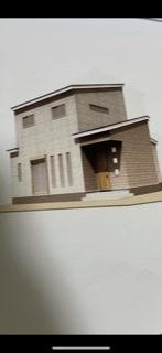 このような家になる予定です。 まず家の形が理想だったものと違い (主寝室とファミクロを一階に入れてパントリーまで作ってもらい無理矢理詰め込んだせいですが‥) 旦那が希望していた色は選択肢にな...