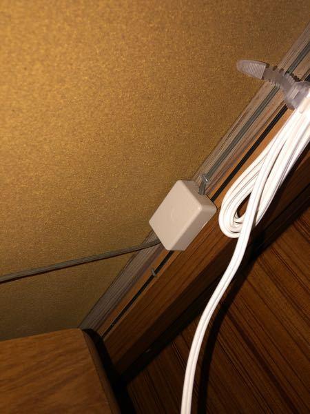 古い二階建ての実家に入ることになり 光回線を引く手続きをしました。 久々に家に帰ると、電話線を繋ぐようなコンセント口?がなく 当然LANをつなげるところもありません。 1階に固定電話はあるものの、見た事のないものから電話線を繋いでいました。(写真あり) 回線工事の予約は問題なく済んでいますが、 この場合最初から2階に光コンセントをつけてくださいとお願いしたらそのようにしてもらえるでしょうか? 2階で有線接続をしたいので、配線工事みたいなことをお願いしなきゃいけないかと思っていましたが 元々1階にも繋ぐような所がなかったので… 光の回線業者に確認を取ろうかと思ったのですが なんて言えば伝わるのかよくわからず 1度こちらで知識をお借り出来ればと思いました。