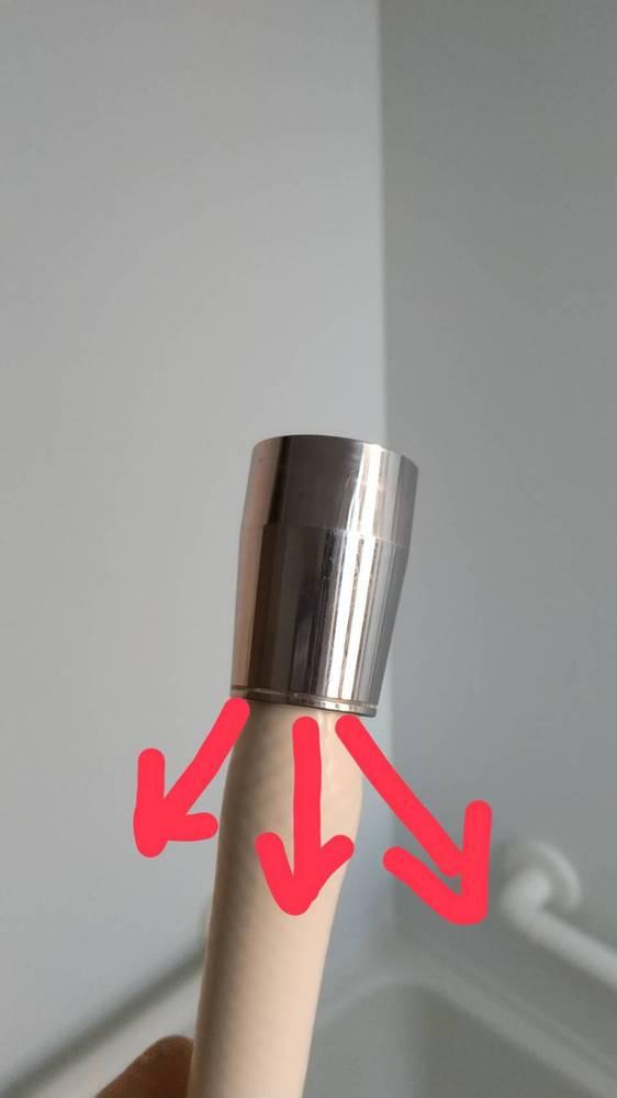 風呂場のシャワーホースから水漏れがします。 写真の矢印のように水が吹き出てきます。 対処方法を教えてください。