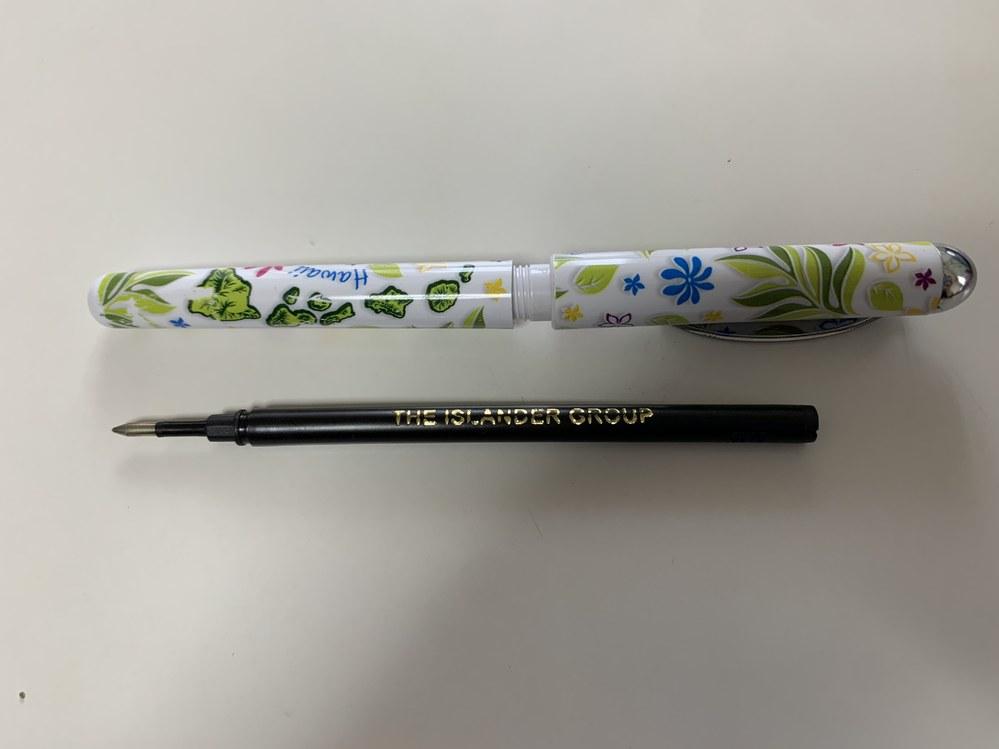 ハワイのお土産でいただいたボールペン(写真をご確認下さい)が書きやすいのですが、肝心な変え芯が見つかりません。 どなたか存じ上げませんか? https://www.islandergroup.com/our-partners/#retailers 芯に記載のあるHPは上記URLになるのですが、情報が書いておらず.. よろしくお願いいたします。