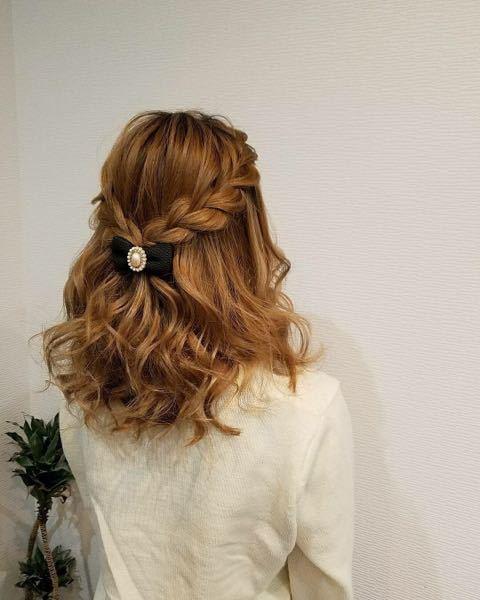 画像のような髪型をする場合、リボンのバレッタは画像くらいの小さめの方が合いますか? リボンが大きめだと合わないのでしょうか?