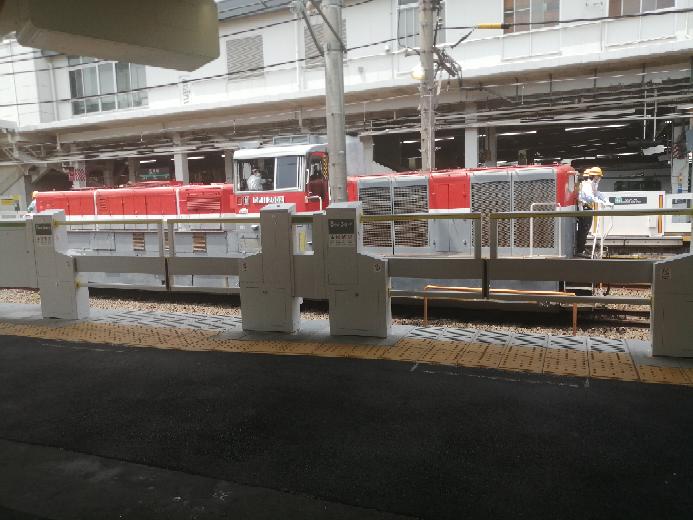 さっき長津田駅のホームで電車を待っていたら、カメラを持った鉄道マニアと思われる人が何人か待機していて、しばらくするとこの車両が入ってきました。これって何をするための車両なんですか?珍しいのでしょうか?