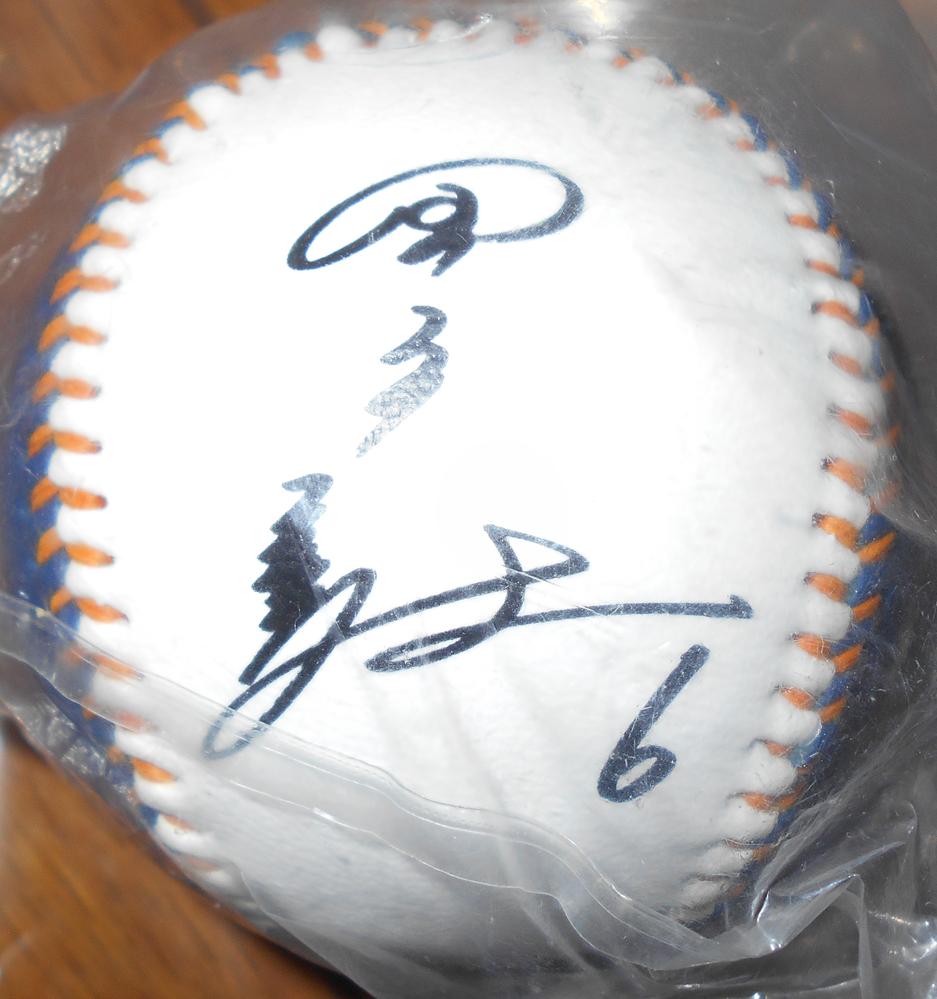 このサインボールは誰のものでしょうか? Blue Wave ORIX Baseball Clubと書かれています。 売るとしたらいくらくらいですか?