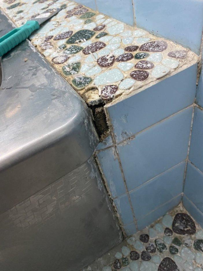 現在浴槽を自分でリフォーム中なのですが、写真の処理はどうすれば良いと思いますか? 横は水色のタイルが剥がれており、上部のタイルも欠けており、微妙な感じになっています。