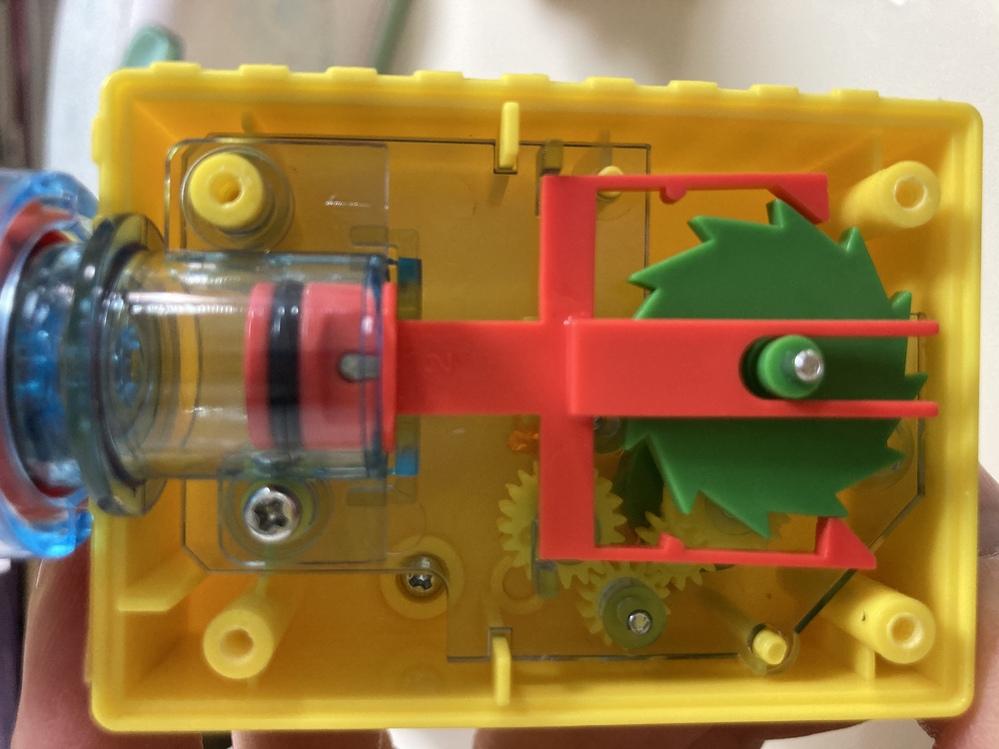 トミカ整備工場の修理です。 赤い部品が上下運動のピストンをして、緑のギアを回すのですがうまく噛み合わずにギアが回りません。 ピストンの不具合だと思いますが…何かいい方法はありますか?