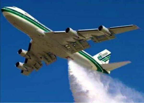 飛行機の真ん中部分から飛行機雲って出るのですか?