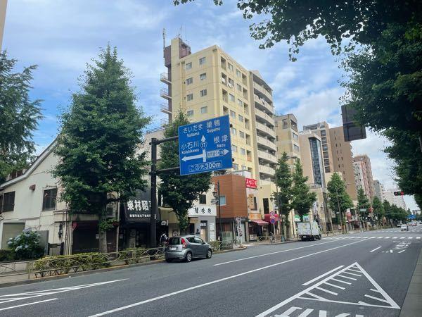 【 東京と関西の量刑相場 】 何かの番組で、東京と大阪では、犯罪に対する、 量刑が、違っているそうです。 東京は、やはり、官僚の街で、杓子定規に、判決を出すので、同情できる点があっても、やはり、厳しい刑が打たれることが多いそうです 逆に、大阪は、歴史が古く、人情の街、だから、東京では、実刑になってしまうような事件でも、執行猶予がついたり、軽めの罰になったりと、温情あふれる判決が多いことで、弁護士の間では、有名だそうです 言われてみれば、東日本、西日本では、ずいぶん文化が違いますし、そのようなことも、充分あり得るのではないかと思っているのですが、詳しい方、コメント待ってます