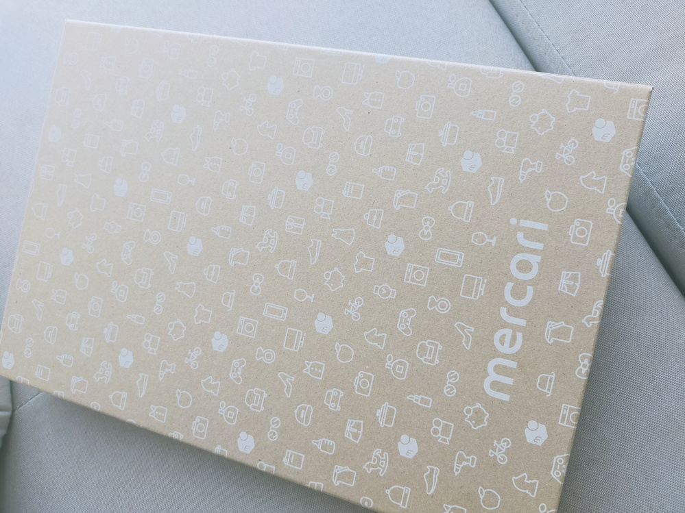 メルカリの専用箱について。これはゆうパケットポストの専用箱ですか? ゆうパケットポストで発送したくてローソンで購入したのですが、メルカリのガイド動画を見ると、この箱には保管用シールがないので間違えたのでしょうか? この箱では送れないですか? これは一体なんの箱なのでしょうか?