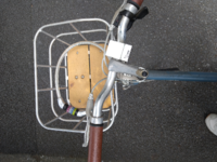 自転車置き場に、自分の自転車を取りに行ったところ、ハンドルが写真のように右に曲がってしまっていて、乗れませんでした。 これって自分で直す方法とかありますか?
