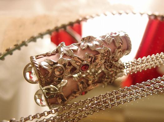 こちらのネックレスですが、チェーンや本体の金属部分が金色に見えると指摘を受けたのですが、何色に見えますか? ちなみに実物は銀色です。