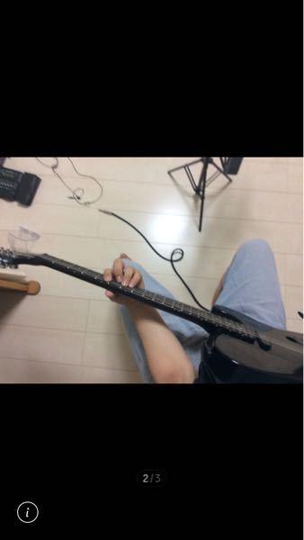 マジで困ってます。このタイプのギターで座って弾こうとすると太ももにピッタリハマらないしネックも右肩上がりにするの難しくて特にバレーコードめちゃ弾きにくいんですがどうしたらいいですか?