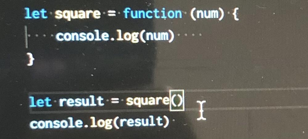 javascriptのundefinedについて質問です。 なぜ以下のプログラムはundefinedを2回出力するのですか?