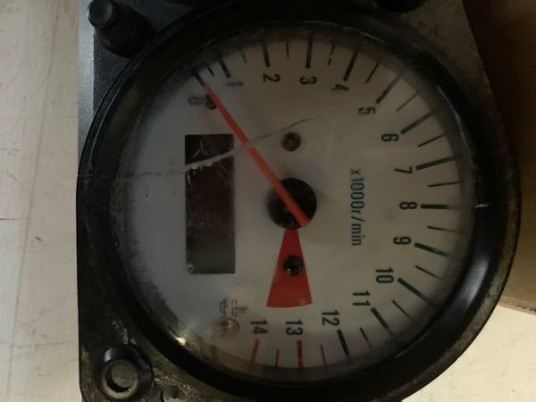 結構古いバイクに乗ってます。 いつの間にかメーターパネルの透明な部分に割れが入っていて、部品交換しようと思ったのですが廃盤でありません。 修理しようと思ったのですが、どういったお店に修理に出せばいいです か?バイク屋ですか?時計屋に出したって意見もみたんですが。自分で修理は自信がありません。