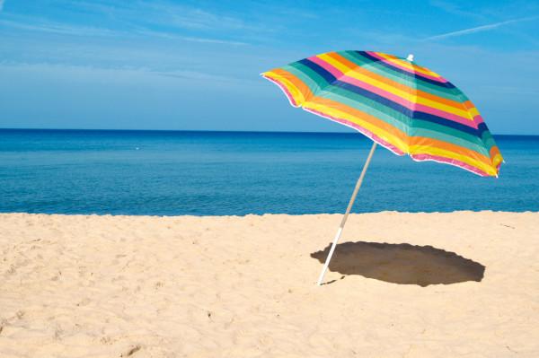 ビーチパラソルてどうですか? 砂にぶっさせばいいだけなら設営も簡単そうですが…