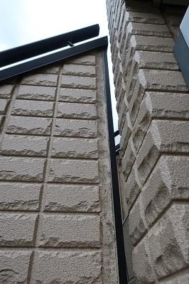 建築に詳しい方、教えてください。 我が家の外階段ですが、変な隙間があります。 これ、階段の強度に問題はないでしょうか?