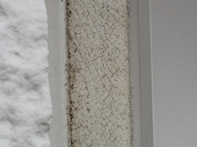 築15年の家の外壁のコーキングです。 そろそろ水の新入要注意な感じですか? ひび割れて来ています。。 爪で押すと多分割れそうです。