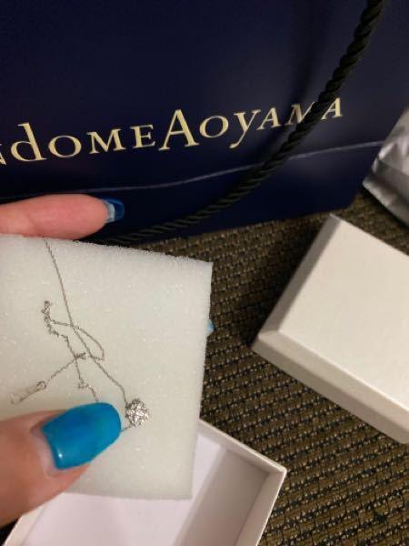 このヴァンドーム青山のネックレスはいくらのものでしょうか、、、 いくら調べても出てこない上に、 箱も白だしなんか安っぽいなと。 頂きものです。 このダイヤ部分は5ミリほど ヴァンドーム青山の刻印ありました。 プラチナです。 保証書とか鑑定書なにもついてなかったです。 詳しい方いたら教えて欲しいです。