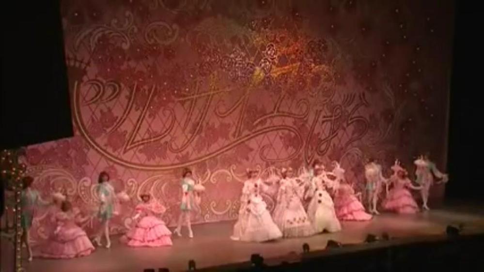 宝塚のベルサイユのバラで、多分オスカル編またはオスカルとアンドレ編だと思うのですが、画像のものはいつの公演か分かりますか? 何年何組か分かるといいのですが、、、。