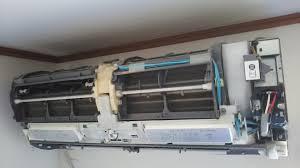 エアコン洗浄に詳しい人います? 質問沢山するので全てに回答してくだされば幸いです。 画像は三菱エアコン霧ヶ峰。 このエアコンは他メーカーエアコンと比較して、洗浄開始から洗浄終了まで時間が掛かりそうですか? 真ん中に横棒みたいなのが2本あります。 1.エアコン洗浄するためにどの程度の床の作業幅が要りますか? 洗浄してほしいエアコンは壁掛け。 そのすぐ斜め下にベッドがあり、5.5畳程度の狭い部屋です。 2.夏が始まりました。 作業員がエアコン洗浄中、扇風機は必要ですか? 3.洗浄したら墨汁みたいな汚く臭い汚水が沢山、バケツに溜まると思います。 それはどこに廃棄するのですか? 4.2階の部屋のエアコン内部を洗浄してもらう場合、室外機のドレンホースから出てくる汚水はどうするのでしょうか?。 この室外機は2階のエアコンがある部屋の窓側の外の屋根瓦の上に設置されています。 5.作業が終わったら、作業員にお茶やお菓子を出す必要ありますか? 回答よろしくお願いします。