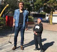 僕は身長が1cmしかありません。 僕の身長が低すぎて多くの男性と並ぶとこのようになってしまいます。 どうすれば元通りになるでしょうか?