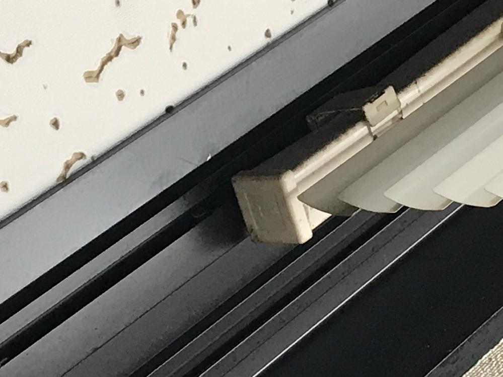 カーテンブラインドを付けたいのですが、 写真のようにアルミのレールに金具をつけて 取り付けであります。 取り替えですが、どんな物がありますでしょうか?
