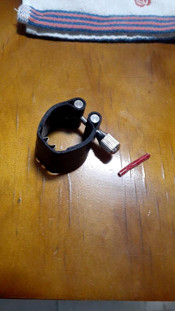 リガチャーが壊れました クラリネットの、BGの銀メッキのやつです。 リードと当たる赤いところが取れてしまいました 治す方法はありますか? それとももう新しいものを買った方がいいでしょうか? ちなみにそのリガチャーを使って2年ほどです。