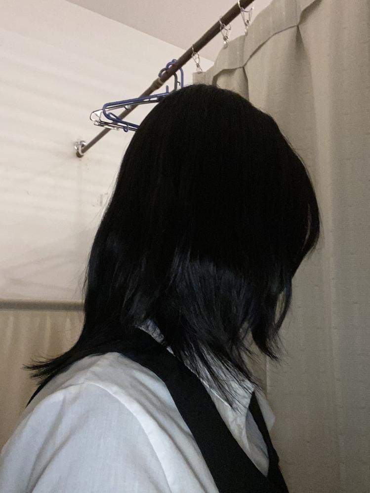 美容室で、こんな髪型にされました。 元々、肩くらいあった髪を1cm〜2cmで切って欲しいとお願いしたところ、コレになりました。 襟足が長くて前の方が異様に短く、ウルフカットの下手くそバージョンみたいになってしまいました。髪の毛を伸ばしても、毛先は合わないままですよね?泣 それと、やっぱり変ですか????