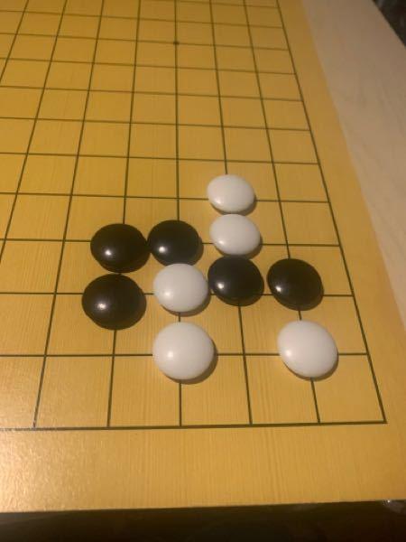 囲碁での質問ですこの形から黒は生きる方法はありますか?