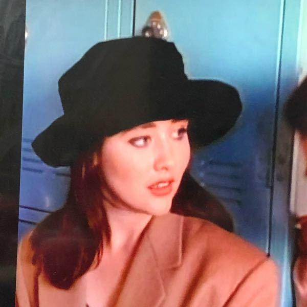 なんと言う帽子の形ですか?? また、このデザインの帽子を売っているお店がありますか?
