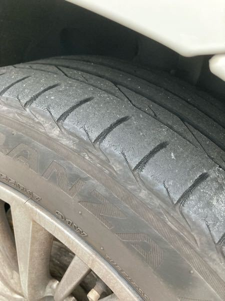 自動車の知識がないので教えて頂きたいのですが、タイヤの擦り減り具合はどの程度でしょうか? すぐ変えなきゃいけないレベルでしょうか?