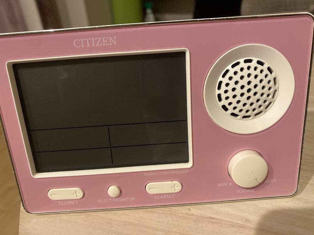 CITIZENというメーカーの目覚まし時計なのですが、この目覚まし時計の製品番号?わかる方いらっしゃいませんか。 確か10年程前に購入して、今朝みたらデジタルの画面が消えていて電池交換しても使えず… 愛用していたので、できれば修理にだそうかなと思っているのですが古い製品なのでググっても同じ製品が見当たらず… わかる方いらっしゃれば、教えてください。