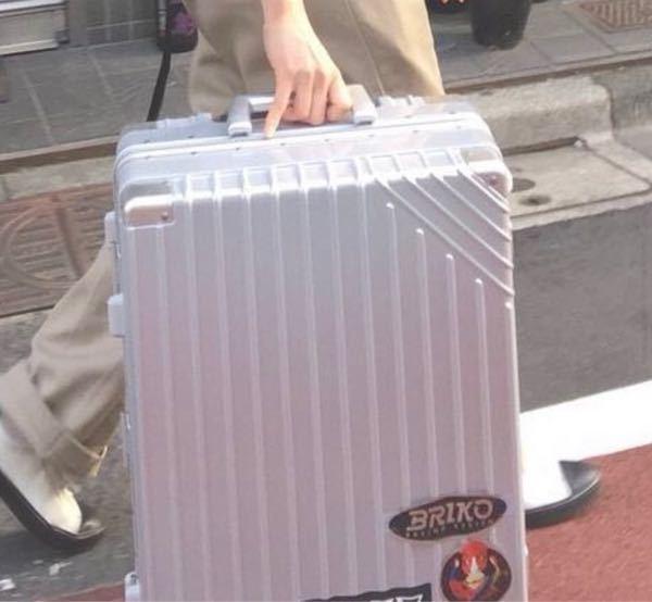 こんばんは。 添付写真のスーツケースのブランドわかる方いらっしゃいますか? 教えていただきたいです。 宜しくお願い致します。