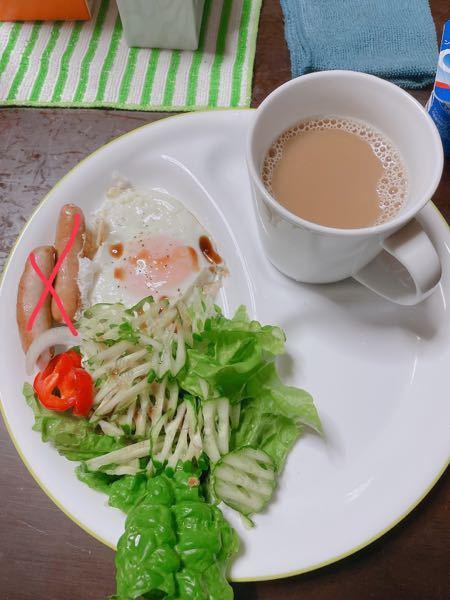 今日の朝ごはんです。 カロリーはどのくらいですか? カロリーハーフハーフのカフェオレ21kcal 目玉焼き サラダ ウィンナーは食べてません。