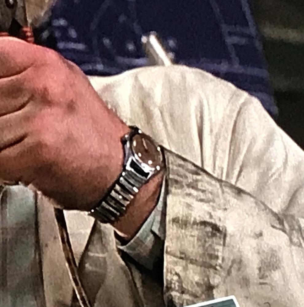 バック・トゥ・ザ・フューチャーでドクが着けていた腕時計が何か分かる方いませんか? 確か両腕に着けていたと思うのですが、出来れば左腕のシルバーの腕時計でお願いします。。 マニアックというか、細すぎる質問ですみませんがよろしくお願いしますm(_ _)m