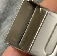 BREITLINGの時計を百貨店で購入したのが10ヶ月ほど前なのですが、購入する際にケースに展示されていたのを選んで買いました。店員さんに出してもらったのですが、時計のバックルの止める部分にカチャッとはめる際に 擦れたであろう傷がありました。展示されているものはこーゆうものだろうと思い購入したのですが、知人に聞いたら、それはおかしいと言われたました。時計はだいたいこんなものなのでしょうか? ...